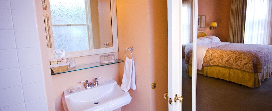 sub-main-view-king-bathroom